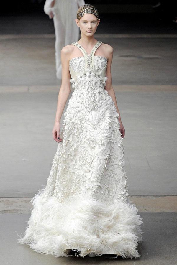 Foto de Alexander McQueen Otoño-Invierno 2011/2012 en la Semana de la Moda de París: Sarah Burton continúa con nota el legado (13/27)