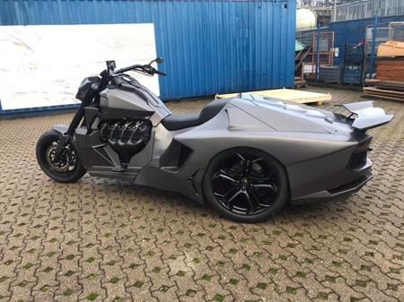 ¡Horror! Alguien ha juntado la parte delantera de una moto Boss Hoss con el culo de un Lamborghini