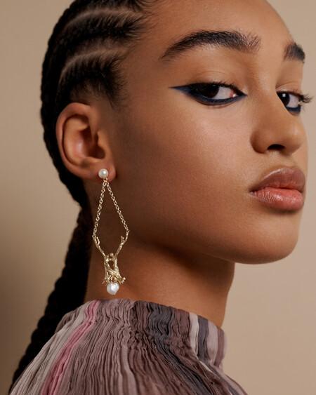 El delineado de ojos azul se convierte en el protagonista del maquillaje del desfile de Dior Alta Costura 2021-2022