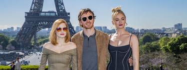 Jessica Chastain y Sophie Turner posan como dos auténticas divas delante de la Torre Eiffel de París durante el estreno de 'X Men'