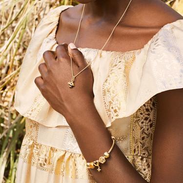Pandora diseña su primera colección en dorado con la abeja como protagonista, el insecto que invade la moda