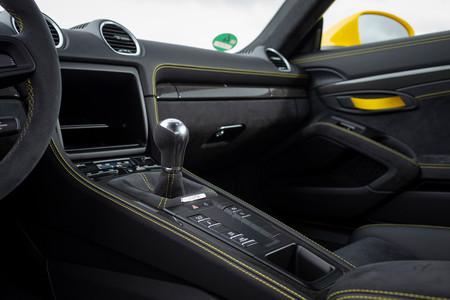 Porsche 718 Cayman GT4 palanca marchas