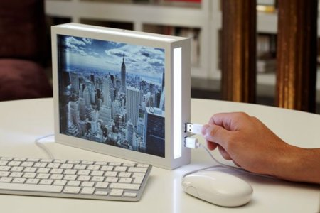 Parrot Dia, marco digital con Android, con un teclado y un ratón conectados. Sí, me he dado cuenta de qué marca son.