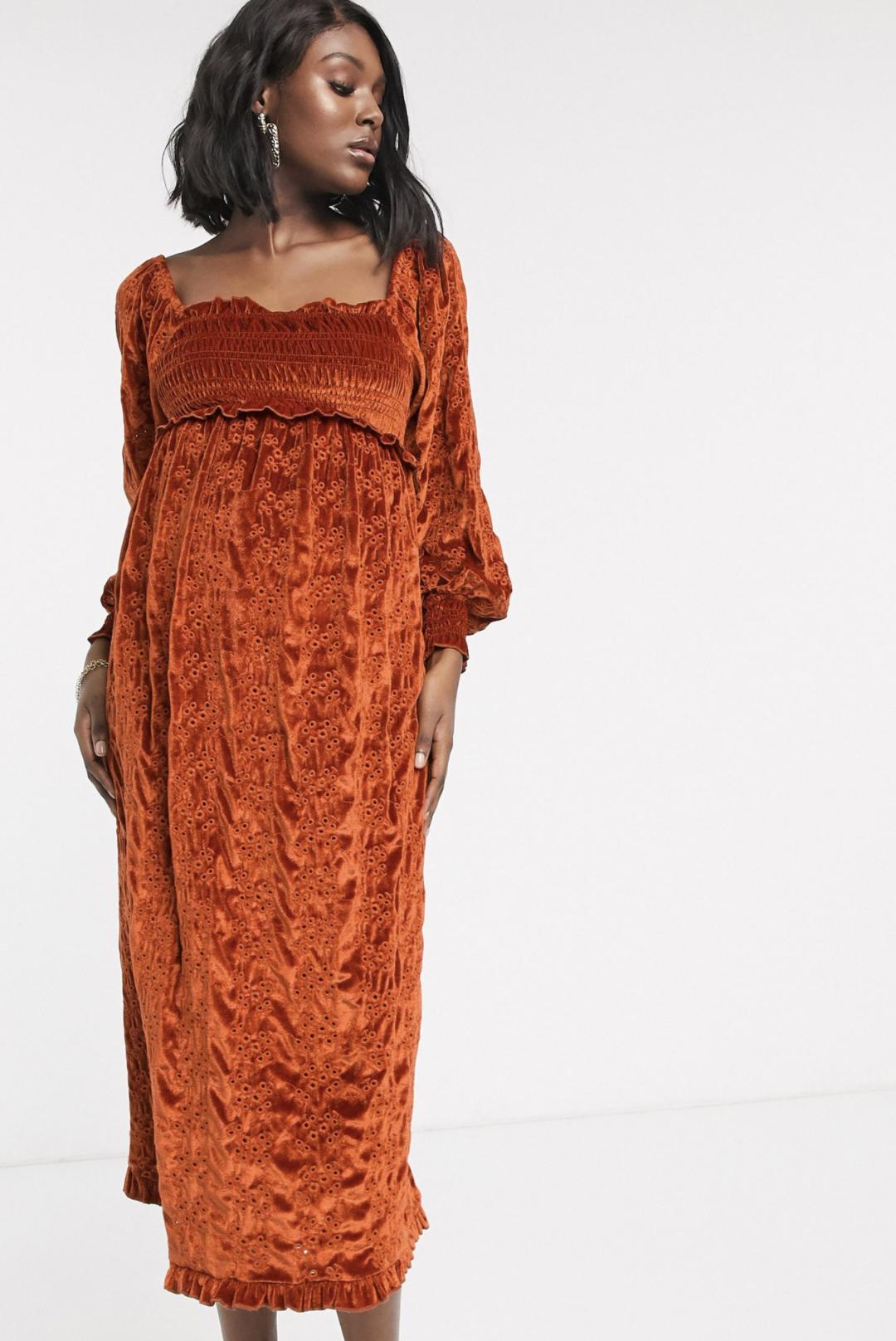 Vestido midi de terciopelo con frunces y bordado inglés en color teja de ASOS DESIGN Maternity