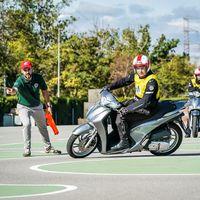 Lo legal frente a lo práctico: los peligros de conducir una moto con el carnet de coche y cómo podemos aprender a llevarlas