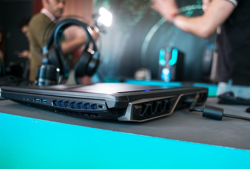 Acer Predator Helios 500 Lado