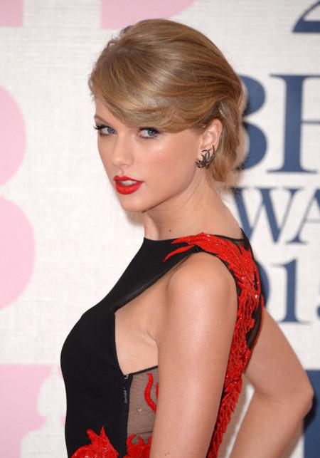 Taylor Swift asombra en los Brit con otro look 10: el dragón de Cavalli más pasional