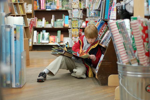Niño preadolescente leyendo