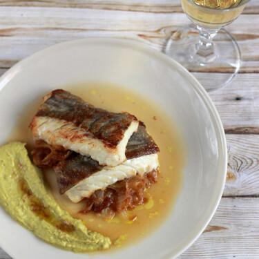 Receta para una cena ligera: bacalao con cebolla caramelizada, crema de guisantes frescos