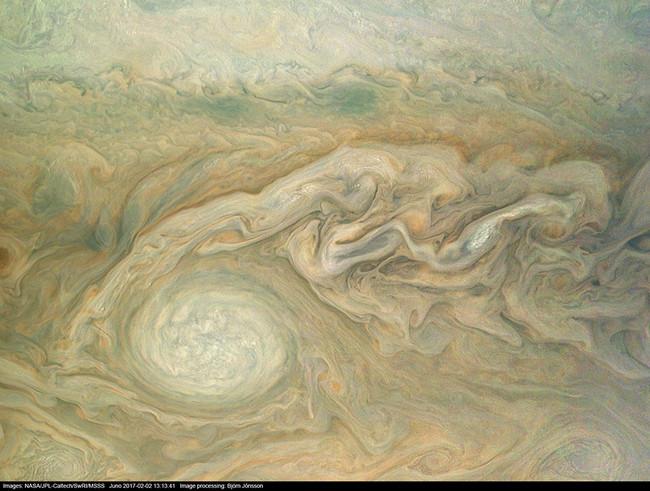 Las nuevas fotos de Jupiter parecen cuadros expresionistas abstractos