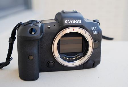 La Canon EOS R5 actualiza su firmware para mejorar la detección de la temperatura y el control del tiempo al grabar vídeo