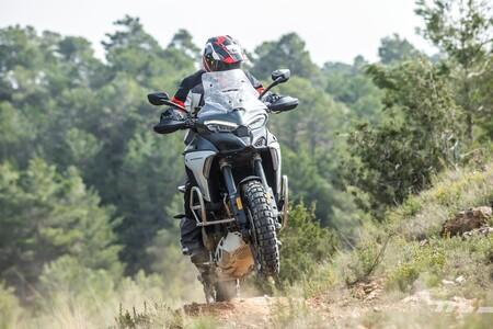 Probamos la Ducati Multistrada V4: la trail del futuro convence con 170 CV, herencia de MotoGP y doble radar con extra de seguridad