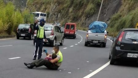 La bonita imagen de un policía que calma a un niño en medio de un grave accidente de tráfico mostrándole vídeos en el móvil