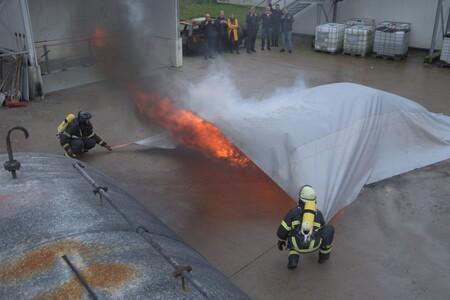 Esta manta bloquea incendios en coches eléctricos y de combustión, y de forma instantánea