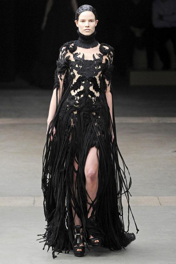 Foto de Alexander McQueen Otoño-Invierno 2011/2012 en la Semana de la Moda de París: Sarah Burton continúa con nota el legado (15/27)
