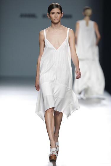 Ángel Schlesser apuesta por el minimalismo más sofisticado en su colección Primavera-Verano 2016