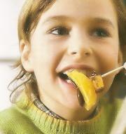 Fruta con chocolate, vitaminas golosas para los niños