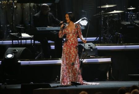 Rihanna luce un look valorado en más de ¡un millón de dólares!