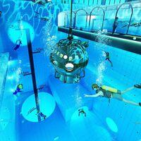 """La piscina más profunda del mundo está en Polonia y ofrece hasta 45 metros y un entorno de """"ruinas mayas perdidas"""""""