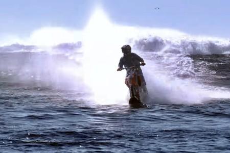 Robbie Maddison rompe toda lógica en Pipe Dream 2: casi 100 km/h sobre el agua en una moto de cross