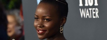 Lupita Nyong'o apuesta por un vestido en marrón chocolate para los Critics' Choice Awards 2020
