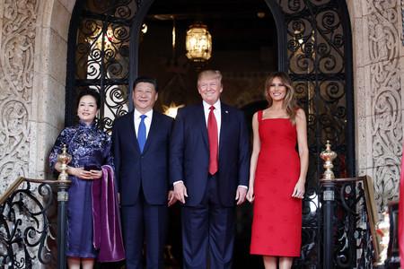 Melania Trump sube la apuesta y luce un Valentino rojo en su último acto oficial