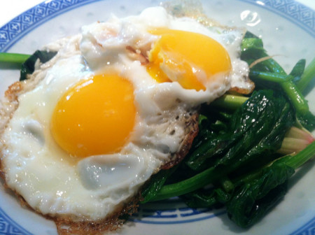 huevo y espinacas