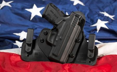 ¿Cómo funcionan los permisos de armas en EEUU y por qué los profesores pueden llevar una pistola en clase?