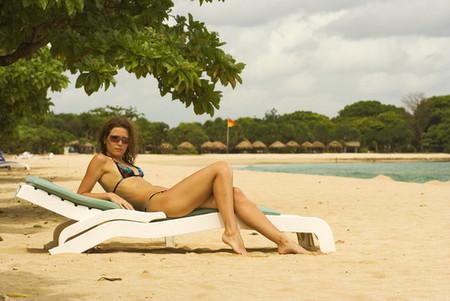 A la playa con bikini y pasaporte en Indonesia