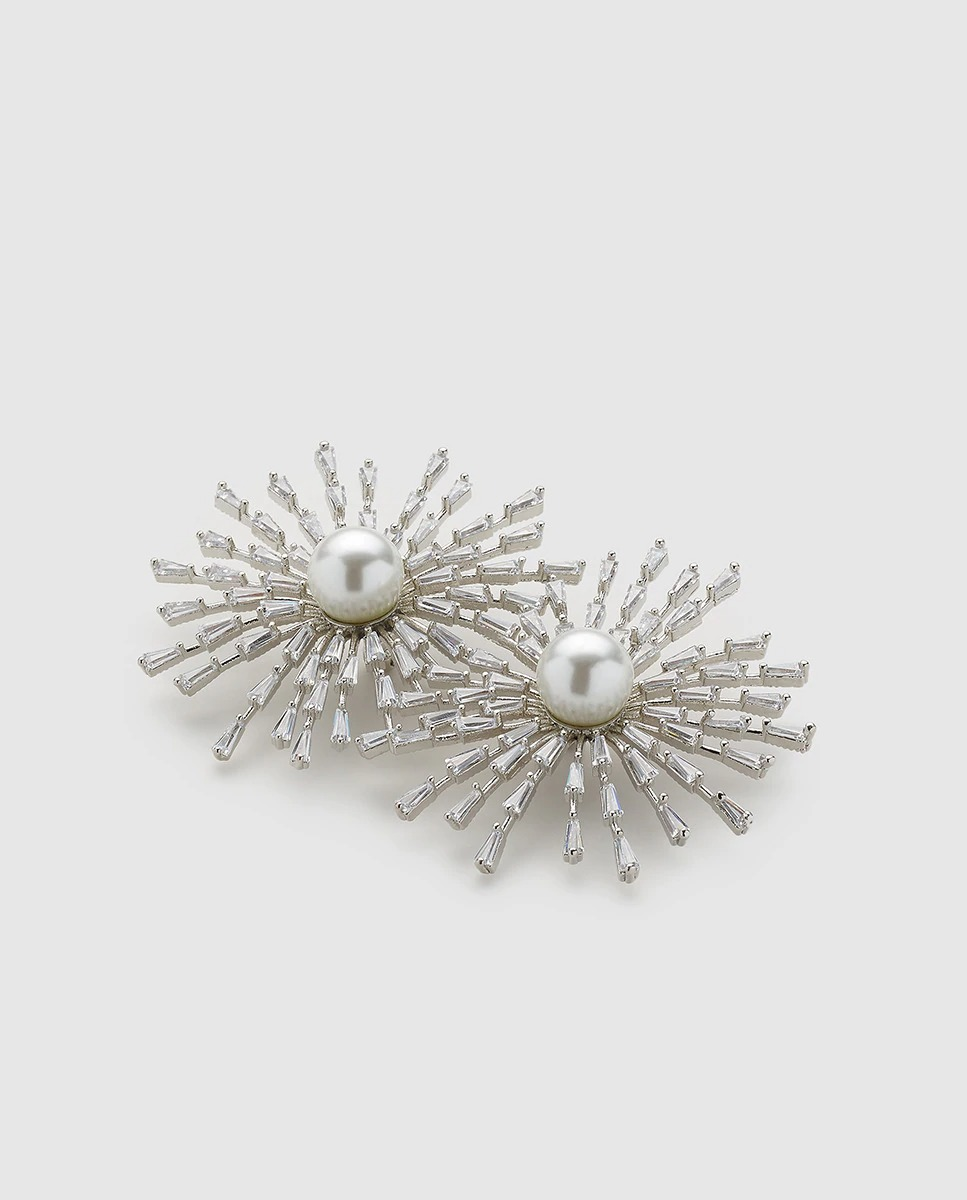 Con piedras de strass y perlas.