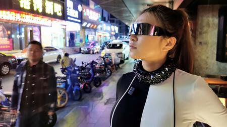 Este collar tan Cyberpunk es realmente un inhibidor de micrófonos para evitar que graben nuestra voz