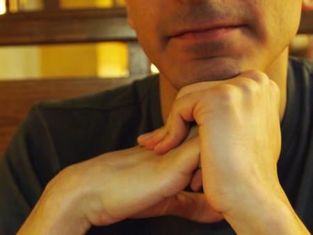¿Tronarse los dedos causa artritis?