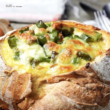Desayuno de pan relleno de huevos revueltos