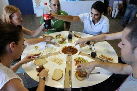 Una mala idea: una mesa con platos incorporados
