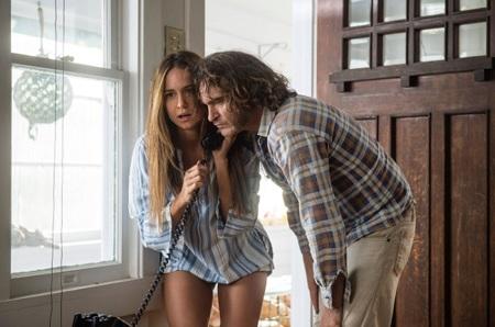 Joaquin Phoenix y Katherine Waterston en