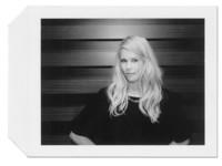 Un Backstage muy especial bajo la mirada de Anna Bauer y su Polaroid en la Galería Loewe