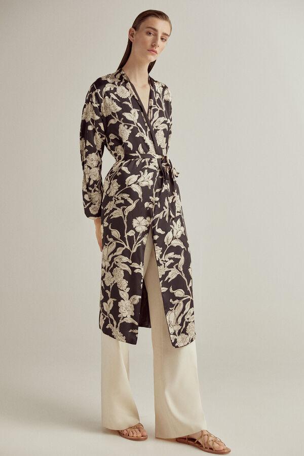Kimono estamapado largo reversible. Con bolsillos en las costuras y cierre con cinturón estampado.