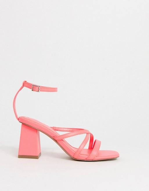 Sandalias de tacón en bloque en rosa intenso
