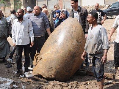Desentierran en El Cairo un coloso atribuido a Ramsés II de ocho metros y 3.000 años de antigüedad