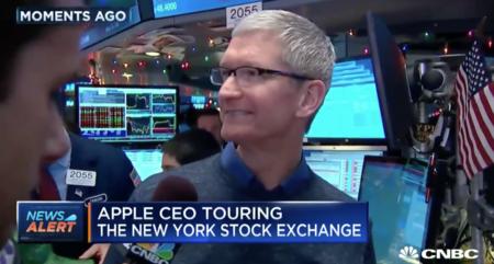 """Cook califica los AirPods como un """"éxito arrollador"""" desde la bolsa de Nueva York"""