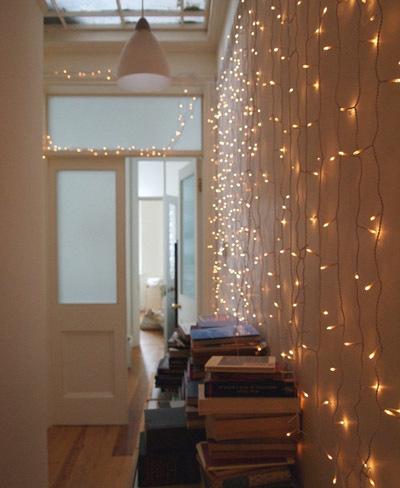 Una buena idea decorar con guirnaldas y cortinas de luces - Guirlande lumineuse salon ...