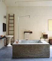 Una escalera en el baño