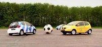 Jugando al fútbol con coches: Toyota Aygo vs VW Fox