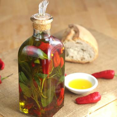 Cómo preparar un aceite picante ideal para las recetas de pizza (y para dar un toque a otros muchos platos)