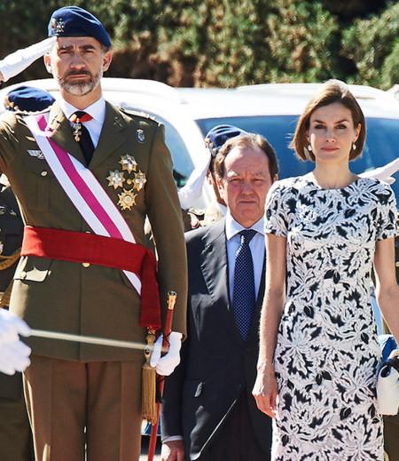 Doña Letizia celebra su aniversario de boda con un look en blanco y negro