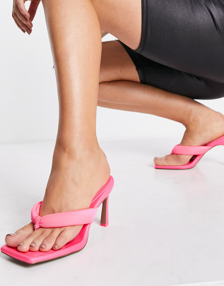 Las sandalias de dedo son las más vendidas de Asos