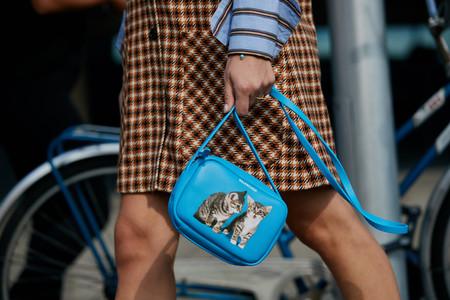 ¿Has visto un lindo gatito? Balenciaga y Anya Hindmarch nos proponen unos bolsos aptos solo para las más atrevidas