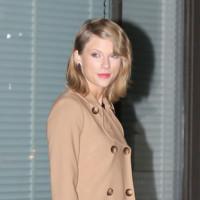 El largo no va con Taylor Swift, ella presume de abrigo corto (y de piernas, una vez más)