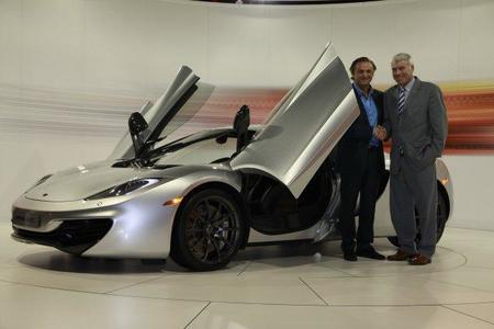 Frank Stephenson y Mario Guarnieri con el McLaren MP4-12C