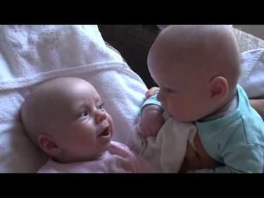Charla entre gemelos, un vídeo para comérselos